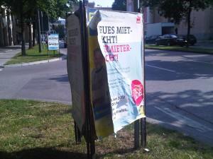 Das Überkleben von Plakaten der politischen Mitbewerber ist ein Mittel die Zahl der Plakatständer einzudämmen